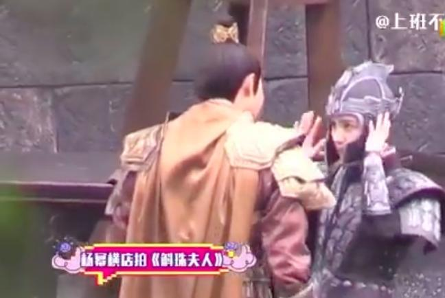 'Cửu Châu Hộc Châu phu nhân': Đội mũ giáp quá rộng, Dương Mịch gây choáng vì đầu bé đến kinh ngạc 0