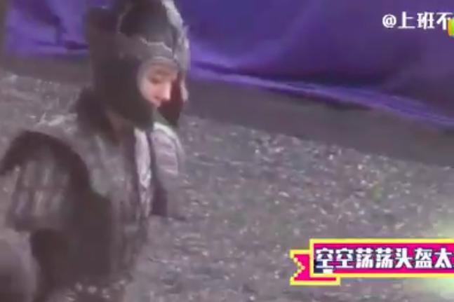 'Cửu Châu Hộc Châu phu nhân': Đội mũ giáp quá rộng, Dương Mịch gây choáng vì đầu bé đến kinh ngạc 2