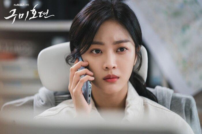 'Bạn trai tôi là hồ ly' tung poster ma mị: Lee Dong Wook - Jo Bo Ah ôm ấp, nhìn nhau đắm đuối 0
