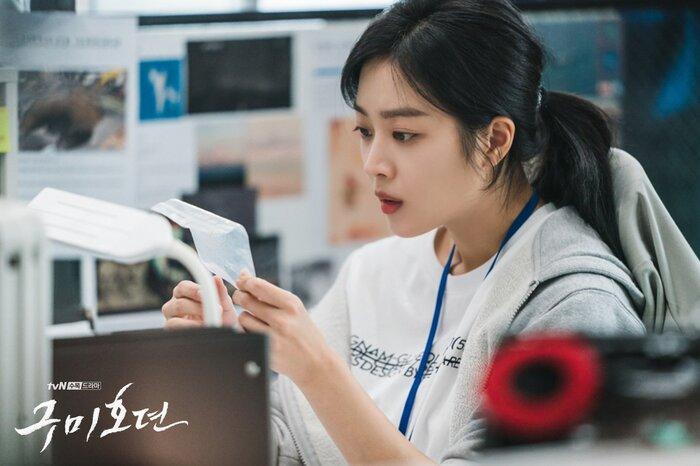 'Bạn trai tôi là hồ ly' tung poster ma mị: Lee Dong Wook - Jo Bo Ah ôm ấp, nhìn nhau đắm đuối 2