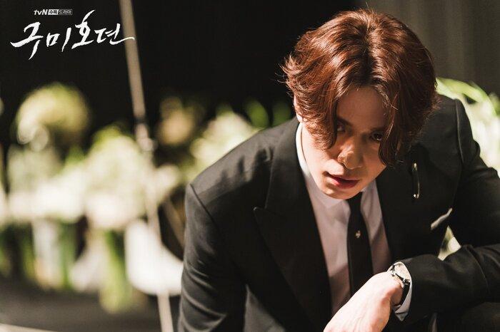 'Bạn trai tôi là hồ ly' tung poster ma mị: Lee Dong Wook - Jo Bo Ah ôm ấp, nhìn nhau đắm đuối 1