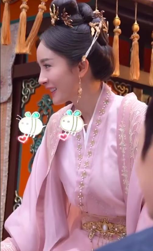Loạt ảnh cận mặt xinh đẹp của Dương Mịch trên trường quay được hé lộ.