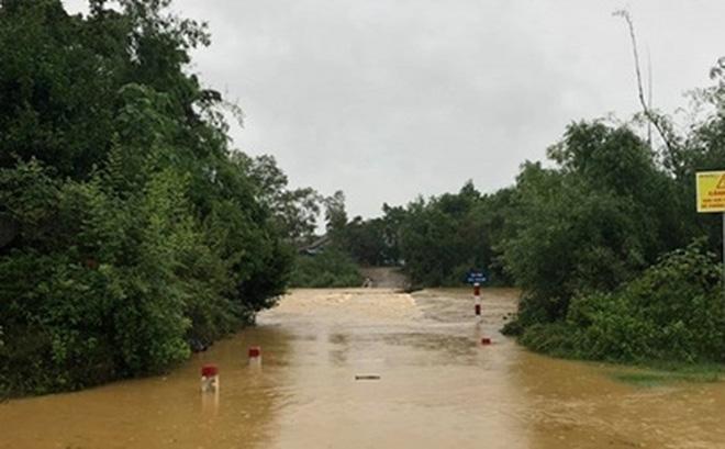 Do ảnh hưởng của bão số 5, mưa lớn chia cắt một số thôn bản ở huyện miền núi Minh Hóa, tỉnh Quảng Bình.
