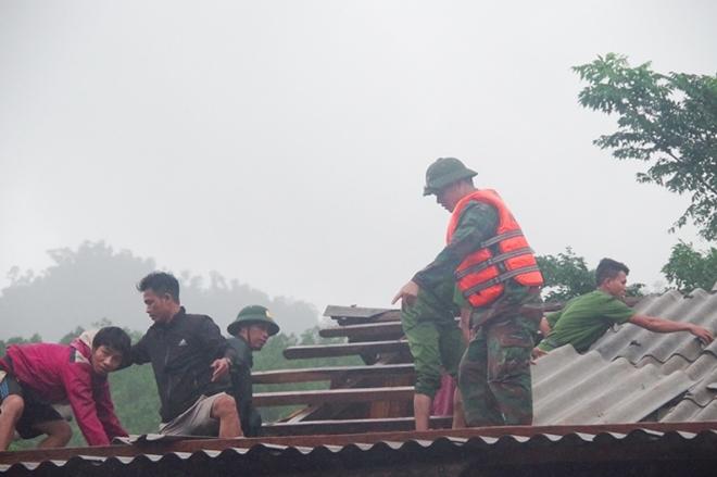 Lực lượng Công an, Bộ đội Biên phòng bám bản giúp dân khắc phục hậu quả mưa bão, để ổn định cuộc sống.