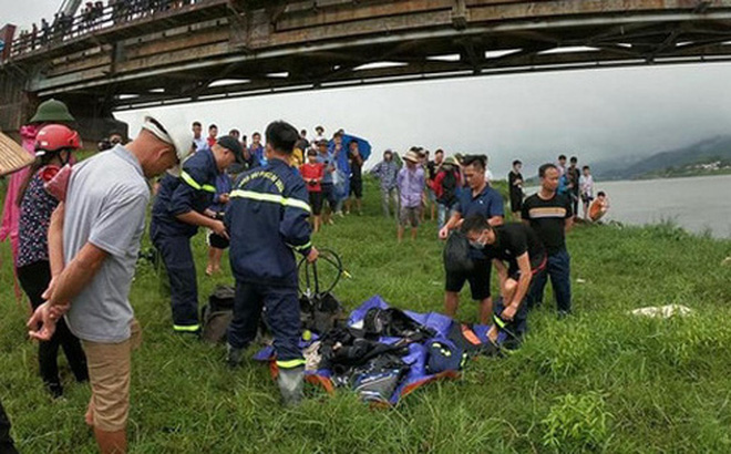 Lực lượng chức năng tổ chức tìm kiếm nạn nhân.
