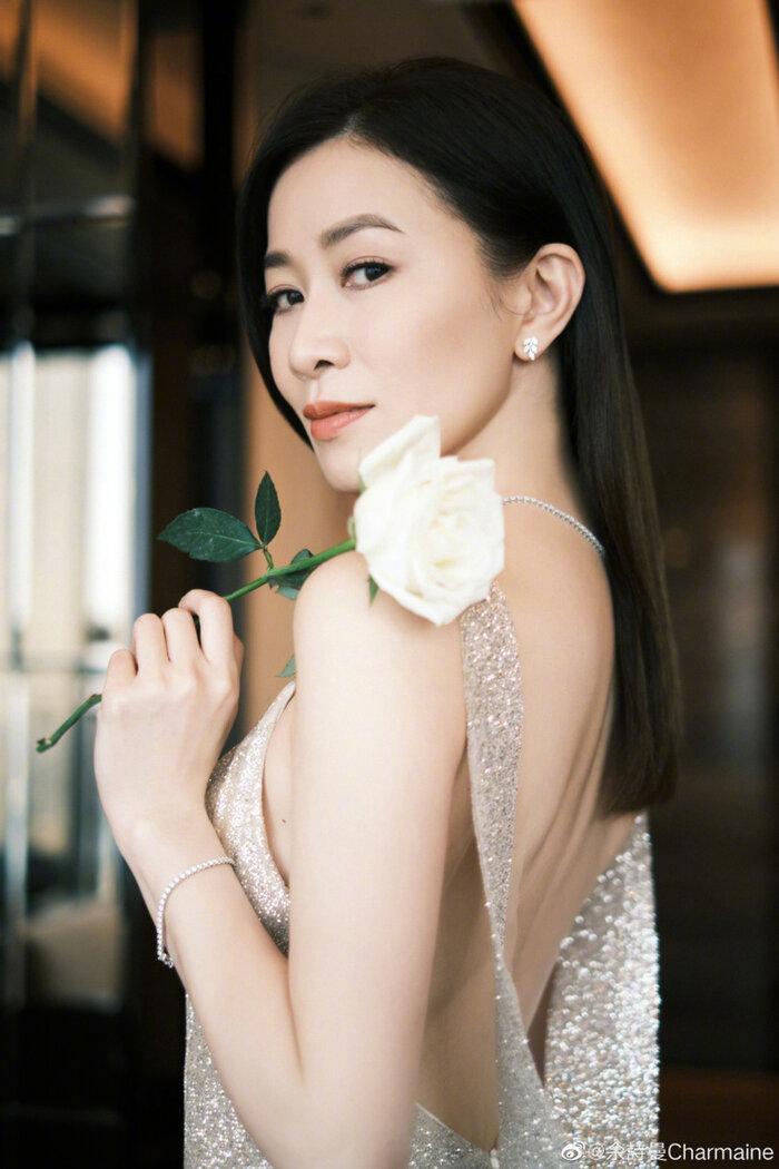 Mỹ nhân Hong Kong khiến dân tình xao xuyến trước những bức ảnh mới của mình trong bộ váy hở lưng trần.
