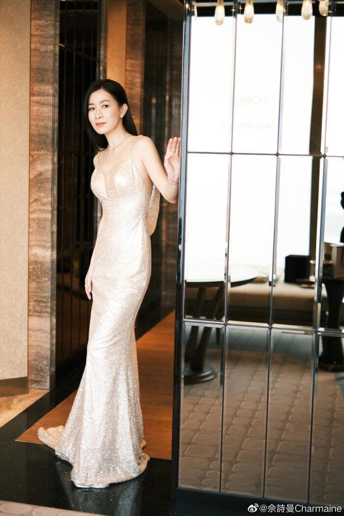 Tổng thể bộ váy có thiết kế như đuôi cá, uyển chuyển vừa vặn với Xa Thi Mạn.