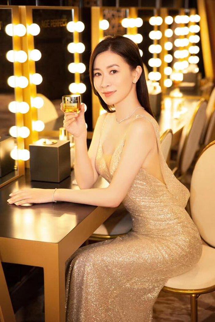 Bộ váy tôn lên vóc dáng 3 vòng căng đét của mỹ nhân Hong Kong.