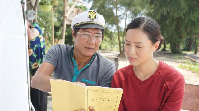 Đạo diễn, NSNDTrọng Trinh trong hậu trường phim.