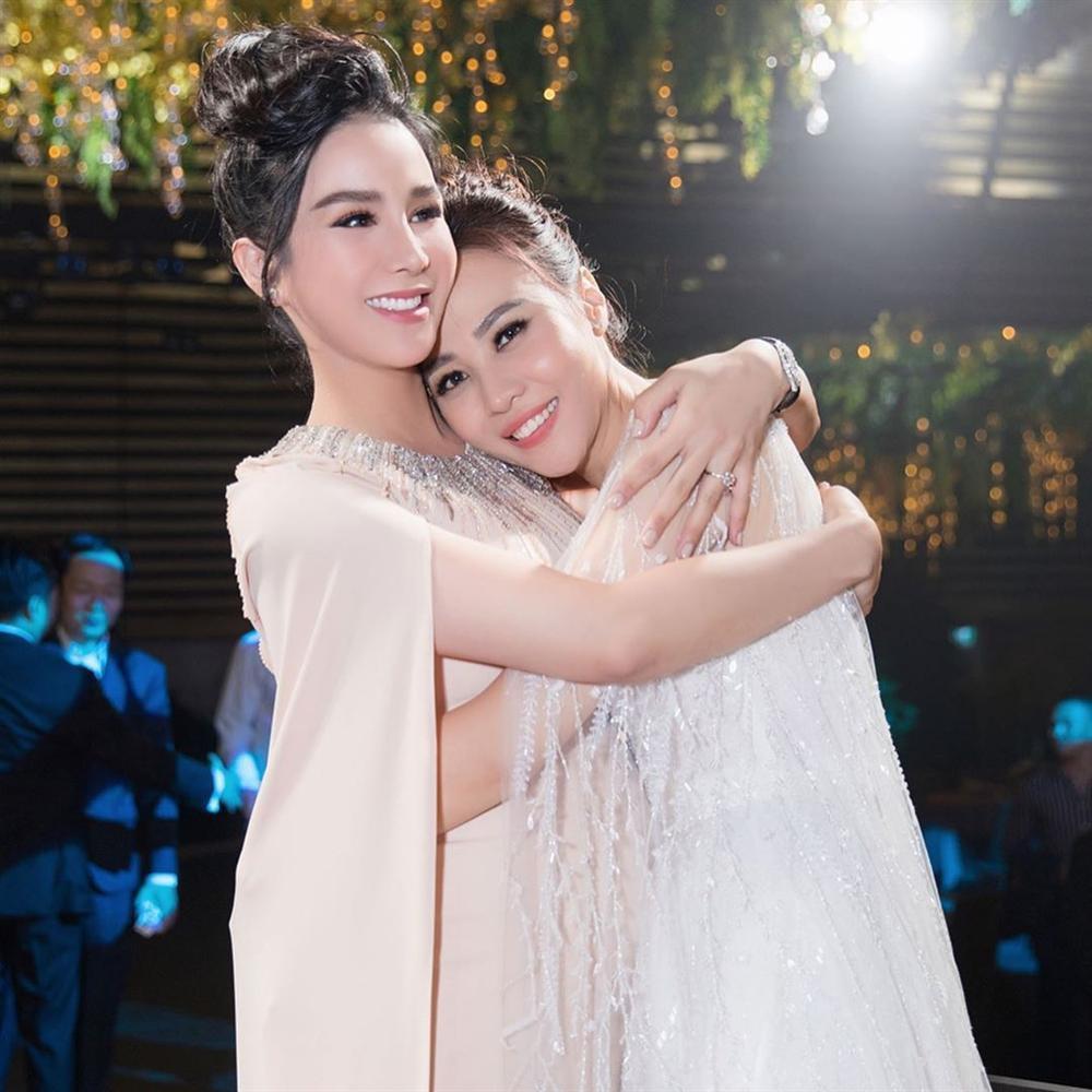 12 bộ váy áo đẹp nhất của dàn người đẹp Vbiz khi dự đám cưới: Đến Ngọc Trinh cũng không dám hở bạo mà nhường sân cho chị gái tỏa sáng 9