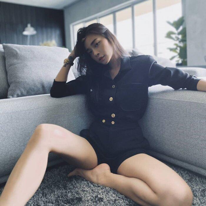 Áo sơ mi kèm quần short tạo nên hình ảnh 'tổng tài' cho chị đại Ngô Thanh Vân.