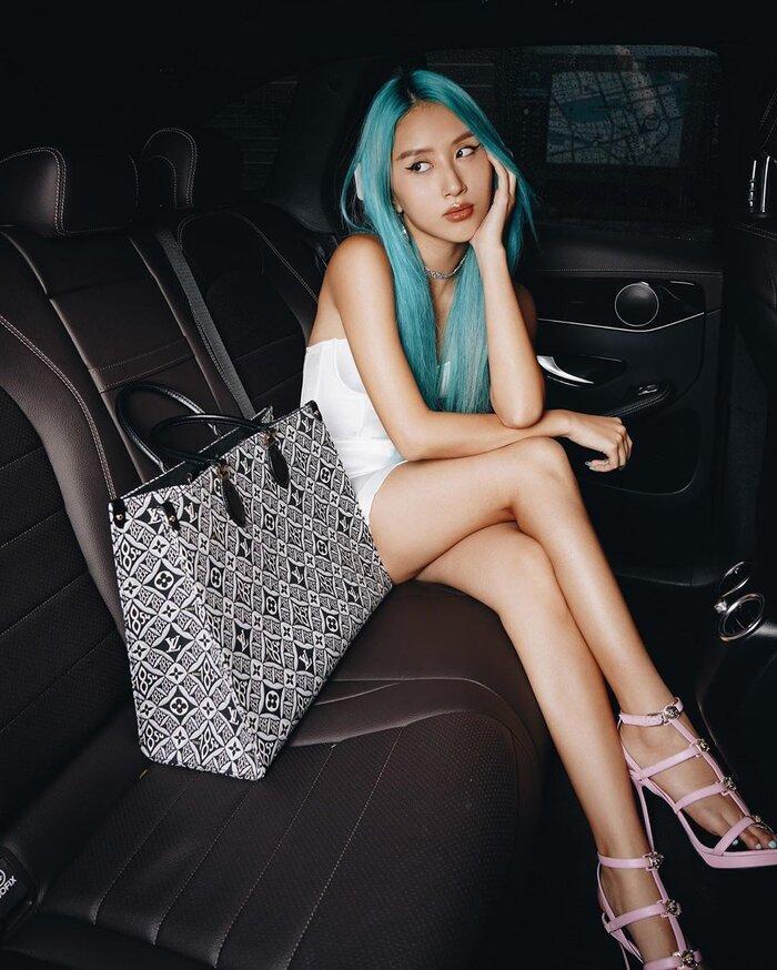 Mái tóc xanh chiếm hết spotlight là điểm nhấn đặc biệt của Quỳnh Anh Shyn.