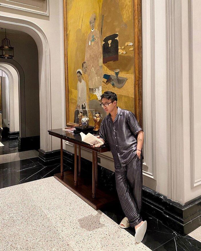 Cả bộ pijama chất vải bóng không chỉ mặc trong phòng ngủ mà còn được Hoàng ku diện để chụp ảnh sang trọng thế này.