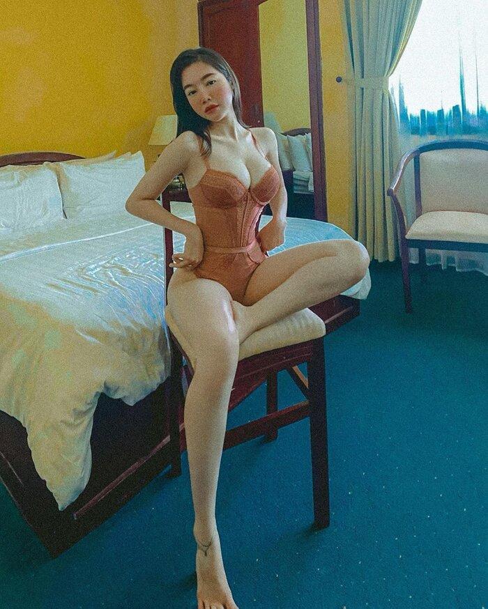 Đôi chân dài nuột nà, vòng 1 bốc lửa là những gì khán giả có thể cảm nhận khi nhìn vào bức hình này của Elly Trần.