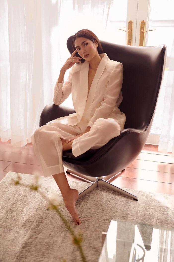 Hồi cuối tháng 8, Hà Tăng khiến dân tình đắm say trước bộ ảnh thời trang với dáng suit xuyên thấu này.