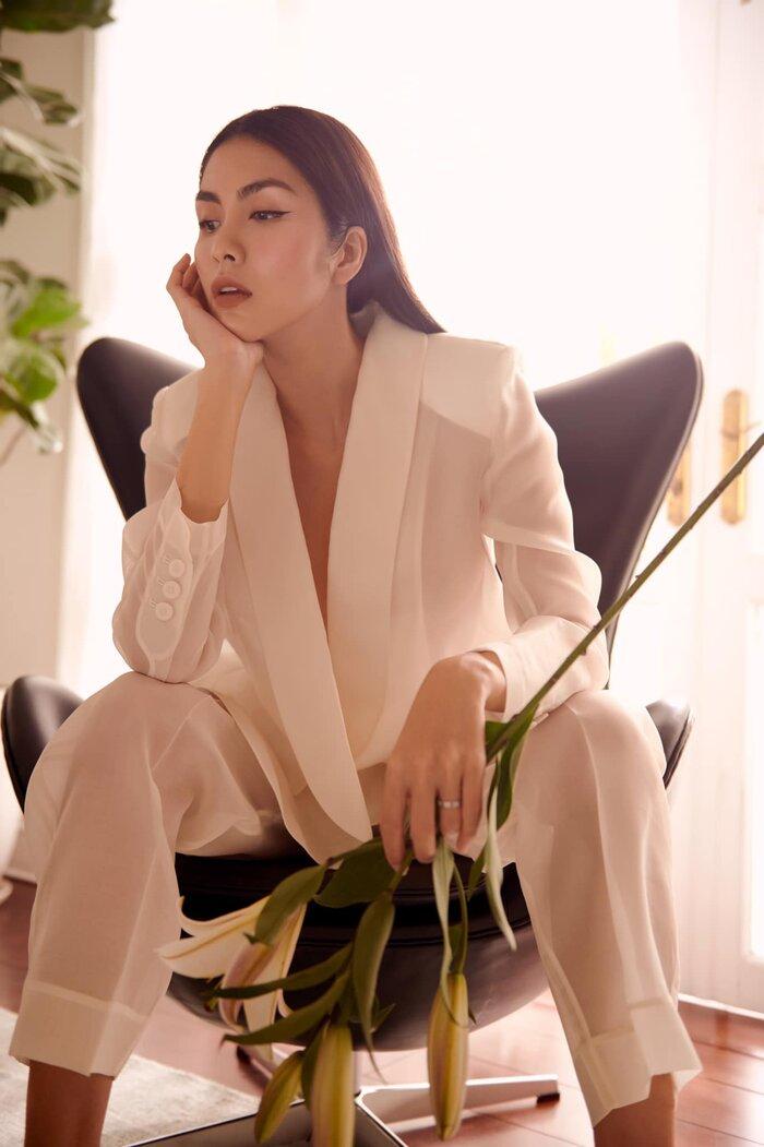 Ngọc nữ màn ảnh Việt áp dụng style 'không nội y' bên trong thế nhưng nhờ cách tạo dáng tài tình nên dù diện suit 'nửa kín nửa hở' này trông cô vẫn sang trọng hết nấc.