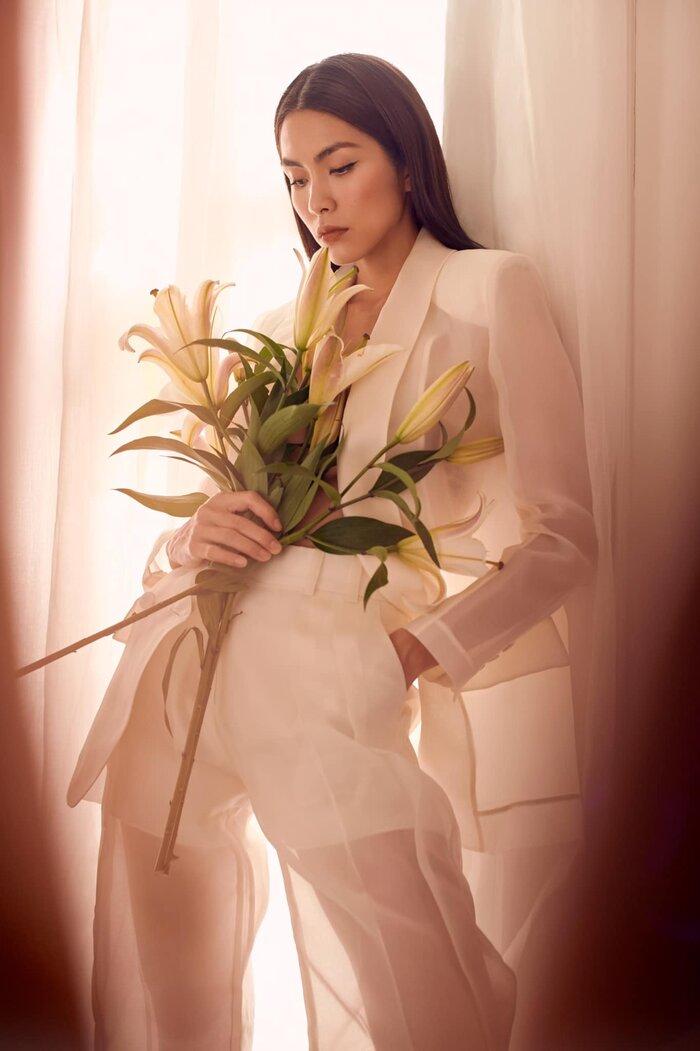 Thậm chí Hà Tăng còn tận dụng những đóa hoa loa kèn để cầm chụp 'pose dáng' với trang phục mà cô mặc trên người nhằm che đi những điểm nhạy cảm trên cơ thể.