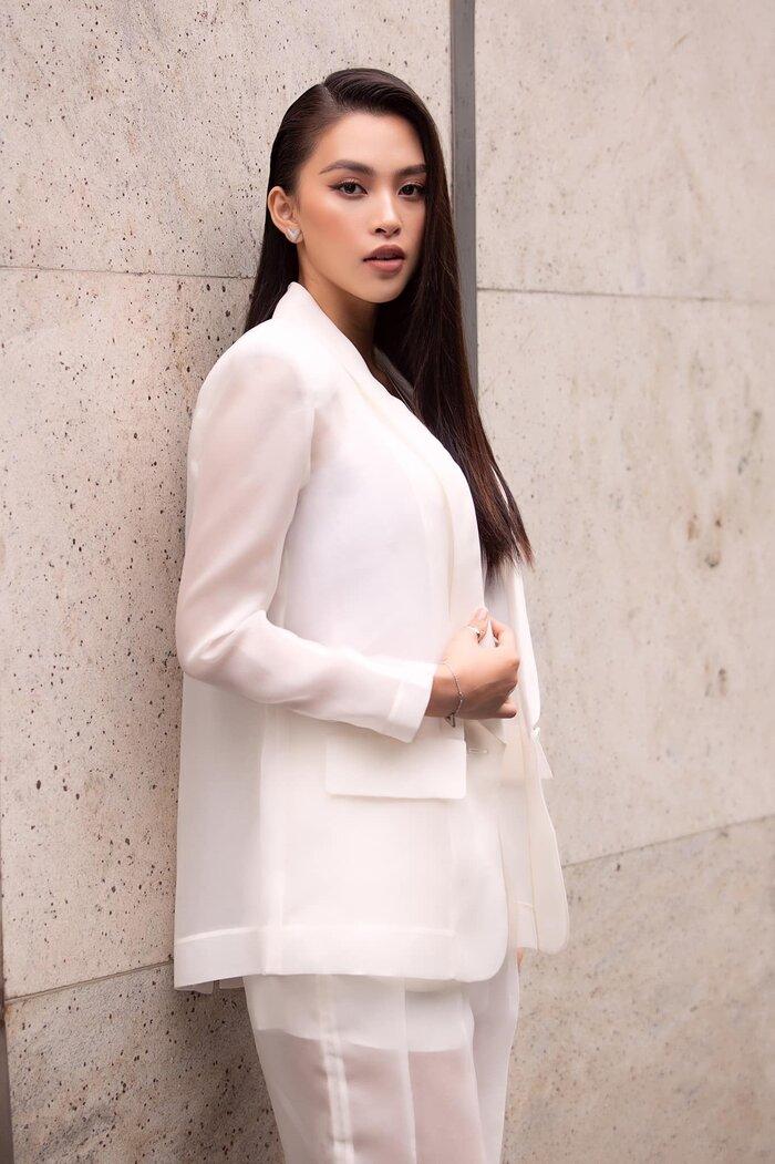 Nàng Hoa hậu Việt Nam chọn cách lên đồ khác hẳn đàn chị Hà Tăng khi chọn mặc thêm trang phục bên trong.
