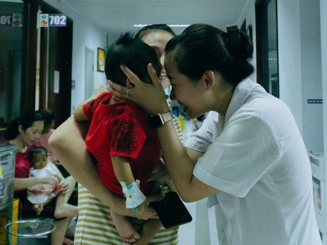 Nhiều em bé vừa mới mổ Kasai hoặc đang phải truyền dịch, đôi mắt còn ngấn nước vì vừa trải qua 1 cơn đau nhưng vẫn ánh lên niềm vui sướng, háo hức trong ngày hội Trung thu.