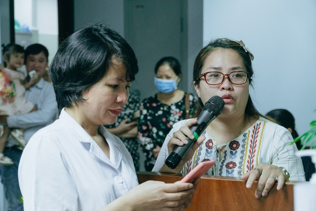 Một phụ huynh bệnh nhi vừa khóc vừa hát bài 'Mẹ yêu'.