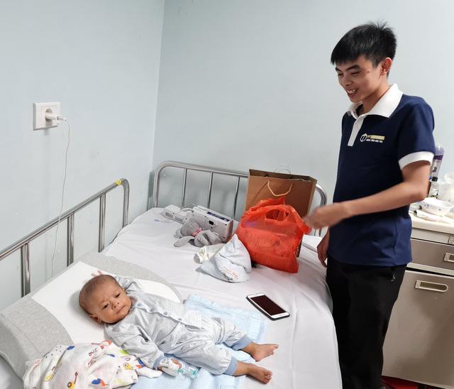 Nguyễn Công Tuyến (vừa tốt nghiệp Học viện Công nghệ GTVT) - bệnh nhi mổ teo đường mật bẩm sinh 22 năm trước đã có mặt tại đêm hội Trung thu để trao quà đến các bệnh nhi đang điều trị ở Khoa Gan mật - Bệnh viện Nhi Trung ương.