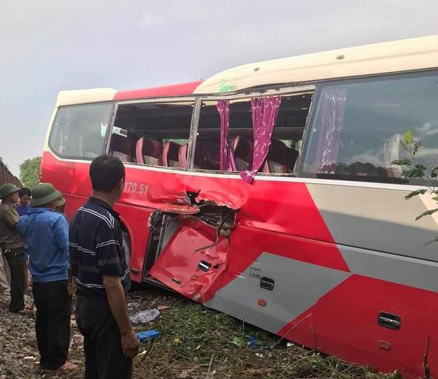 Hiện trường vụ tai nạn xảy ra giữa xe ô tô chở học sinh với tàu hoả.