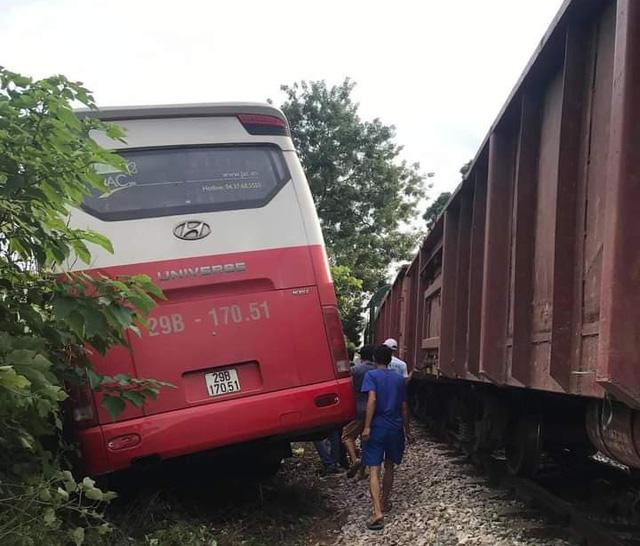 Cú tông mạnh khiến xe ô tô bị văng ra bên hành lang đường sắt.