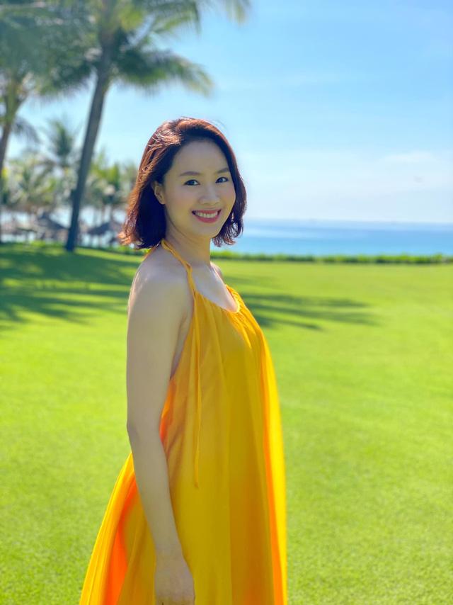 Hồng Diễm diện mẫu đầm màu nắng tôn da khiến nữ diễn viên càng thêm rạng rỡ.