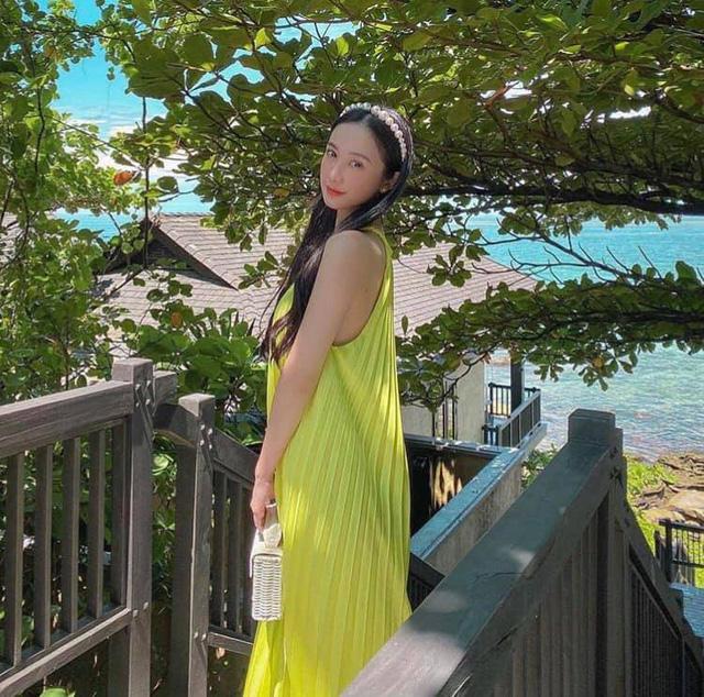Diễn viên Người bất tửJun Vũ cũng không 'thua chị kém em' khi mix đồ vô cùng nữ tính.