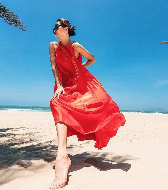 Kết hợp giữa sự bay bổng của thiết kế và màu sắc sặc sỡ, Á hậu Lệ Hằng đã sở hữu ngay bức hình 'sống ảo' nổi bật giữa cát trắng, biển xanh.