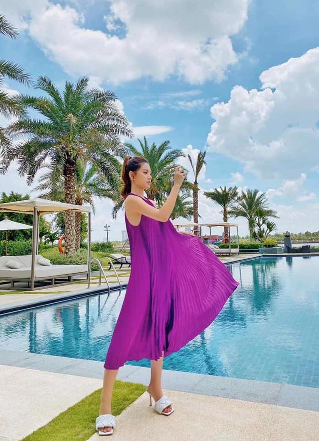 Bắt trend tím lịm mùa 2020, Jolie Nguyễn nổi bật giữa hồ bơi.
