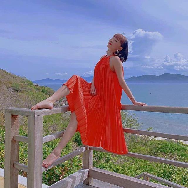 Còn nữ ca sĩ Vũ điệu cồng chiênglại hoàn toàn nổi bật tươi sáng với thiết kế này.