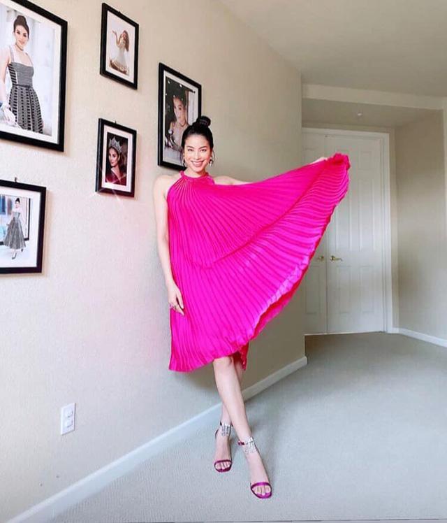 Hoa hậu Hoàn vũ Phạm Hương mix đồ sành điệu với tone hồng.