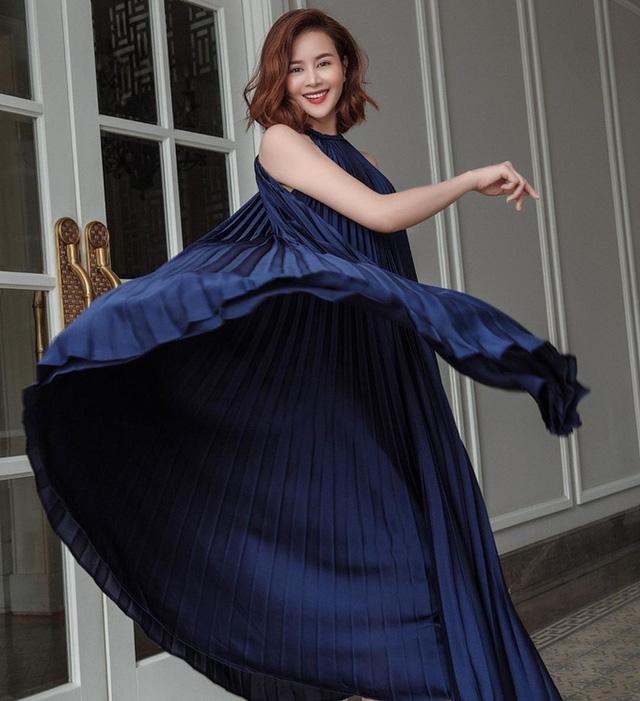 'Cuộc chiến' đụng độ đầm xếp ly cổ yếm của sao Việt còn có phiên bản xanh tím than của hoa hậu Sella Trương.