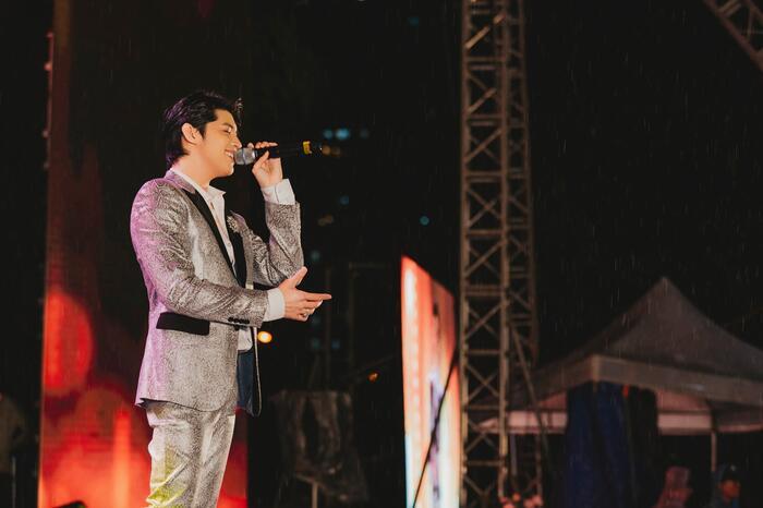 Noo Phước Thịnh đội mưa hát bất chấp vì khán giả trong đêm nhạc tại Thủ đô 0