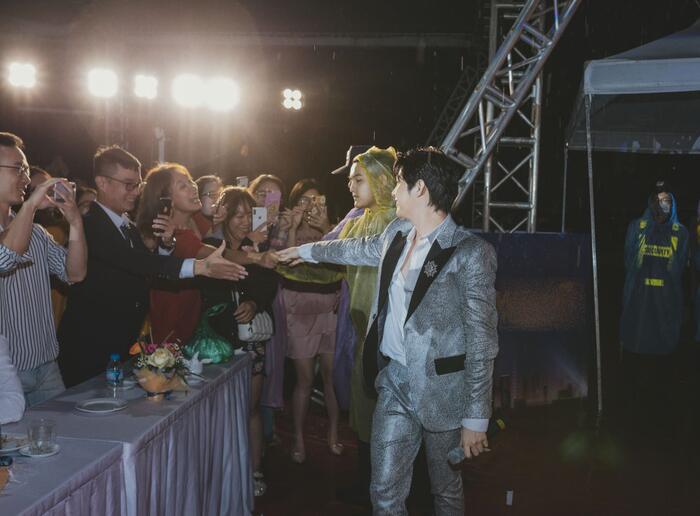 Noo Phước Thịnh đội mưa hát bất chấp vì khán giả trong đêm nhạc tại Thủ đô 3