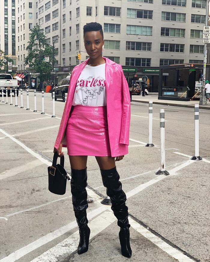 Cũng trên đường phố New York, Zozibini diện boot cao, chân váy kết hợp với ao thun và khoác kèm một chiếc áo bên ngoài màu neon làm sáng bừng cả một góc phố.