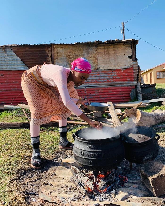 Trước đó trong chuyến về thăm quê nhà ở Eastern Cape, Nam Phi, Zozibini gây ấn tượng mạnh với công chúng sắc đẹp thế giới trong bộ thường phục của dân tộc mình.