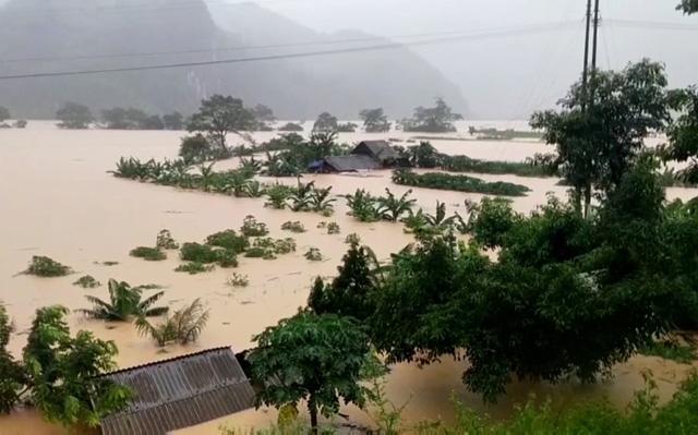 Dù lũ đã rút ở nhiều nơi, song vẫn còn khoảng 2.000 ngôi nhà bị ngập tại tỉnh Quảng Bình. Ảnh: VTV