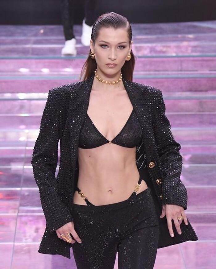 Trong ảnh là siêu mẫu Bella Hadid với một sáng tạo ánh kim, kết hợp quần cạp trễ lộ nội y gợi nhớ xu hướng những năm 2000.