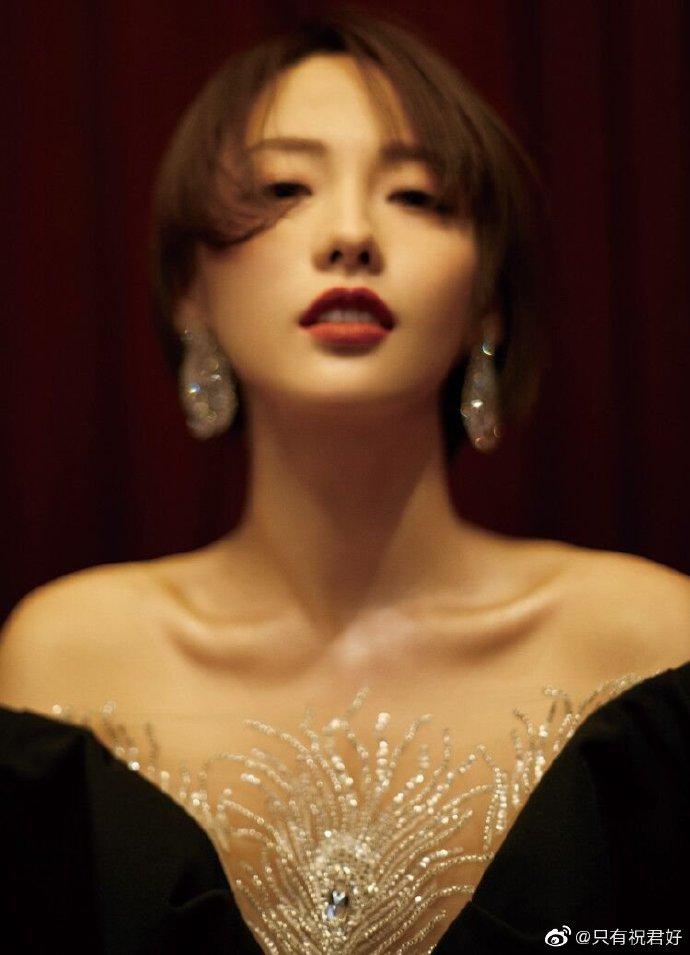 3 sự cố váy áo trên thảm đỏ 'Elle Style Awards 2020': Trương Gia Nghê rơi luôn khuyên tai, chị đẹp '30 Chưa Phải Là Hết' giẫm cả chân lên váy 3