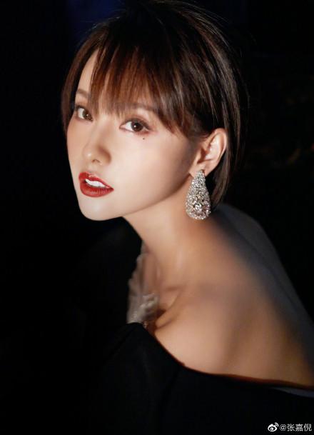 3 sự cố váy áo trên thảm đỏ 'Elle Style Awards 2020': Trương Gia Nghê rơi luôn khuyên tai, chị đẹp '30 Chưa Phải Là Hết' giẫm cả chân lên váy 2