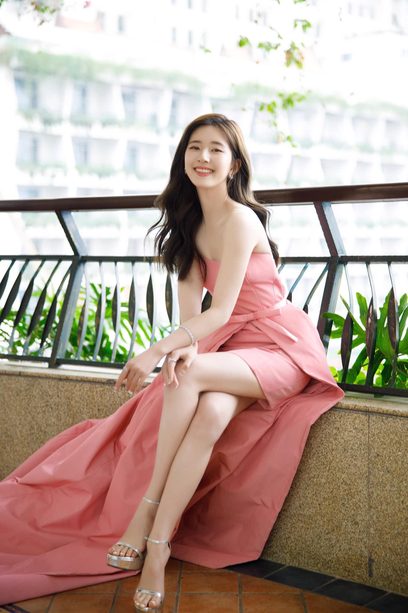 3 sự cố váy áo trên thảm đỏ 'Elle Style Awards 2020': Trương Gia Nghê rơi luôn khuyên tai, chị đẹp '30 Chưa Phải Là Hết' giẫm cả chân lên váy 7