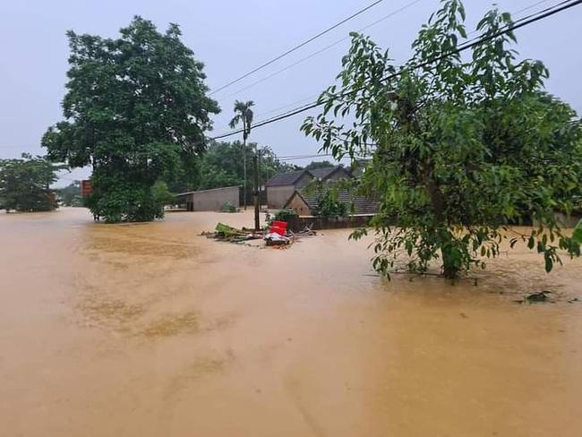 Nước lũ cô lập nhiều nơi trên địa bàn huyện Thanh Chương.