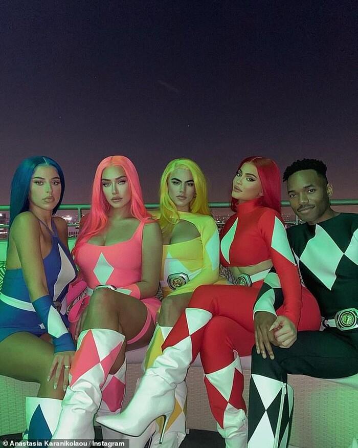 Kylie Jenner cùng đám bạn thân hóa trang thành 5 anh em siêu nhân Power Rangers update trên trang IG cá nhân vừa qua.