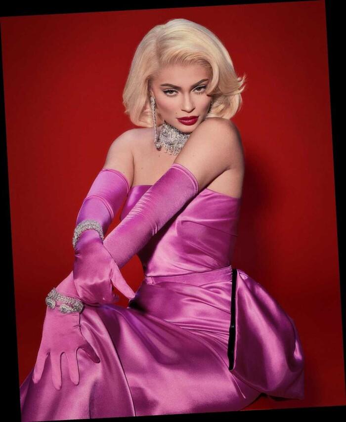 Một Marilyn Monroe đầy gợi tình và sắc sảo trong bộ váy tím lịm được Kylie Jenner hóa thân thành.