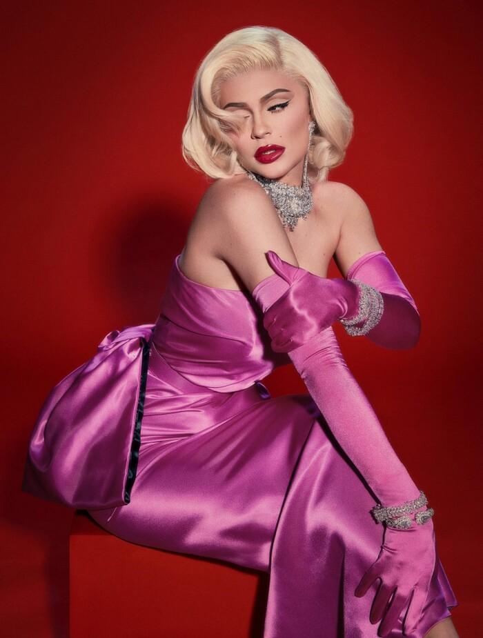 Sau đó, em gái nhà Kardashian còn hóa trang thành mỹ nhân Hollywood kinh điển Marilyn Monroe.