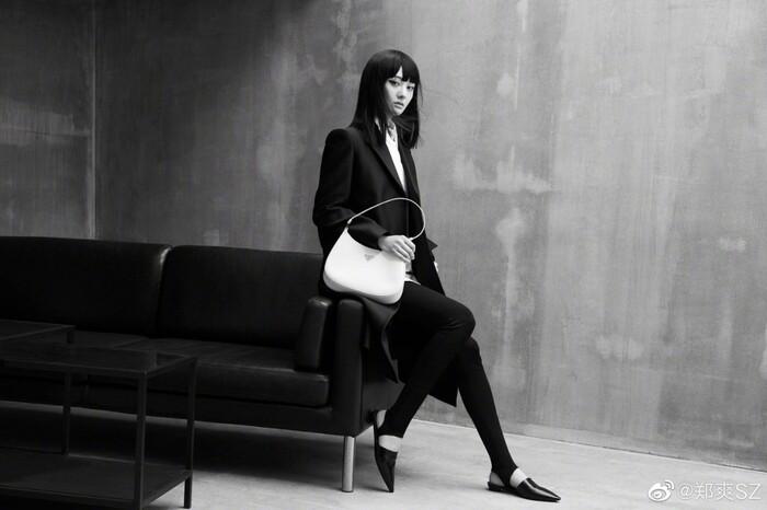 Một bầu trời thần thái đến từ mỹ nhân 9x, cô gần đây liên tục xuất hiện trong các show thời trang lẫn tạp chí khi diện toàn đồ của nhãn hàng Prada để quảng bá các items mới nhất
