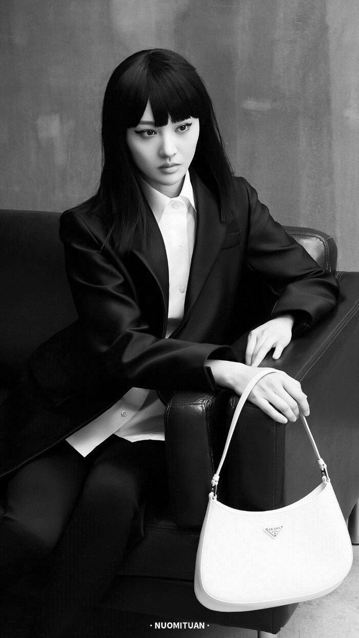Nữ diễn viên 9x diện suit đen, cắt mái tóc ngang như gái Nhật trong loạt ảnh chụp cho chiến dịch thời trang của hãng thời trang Ý.