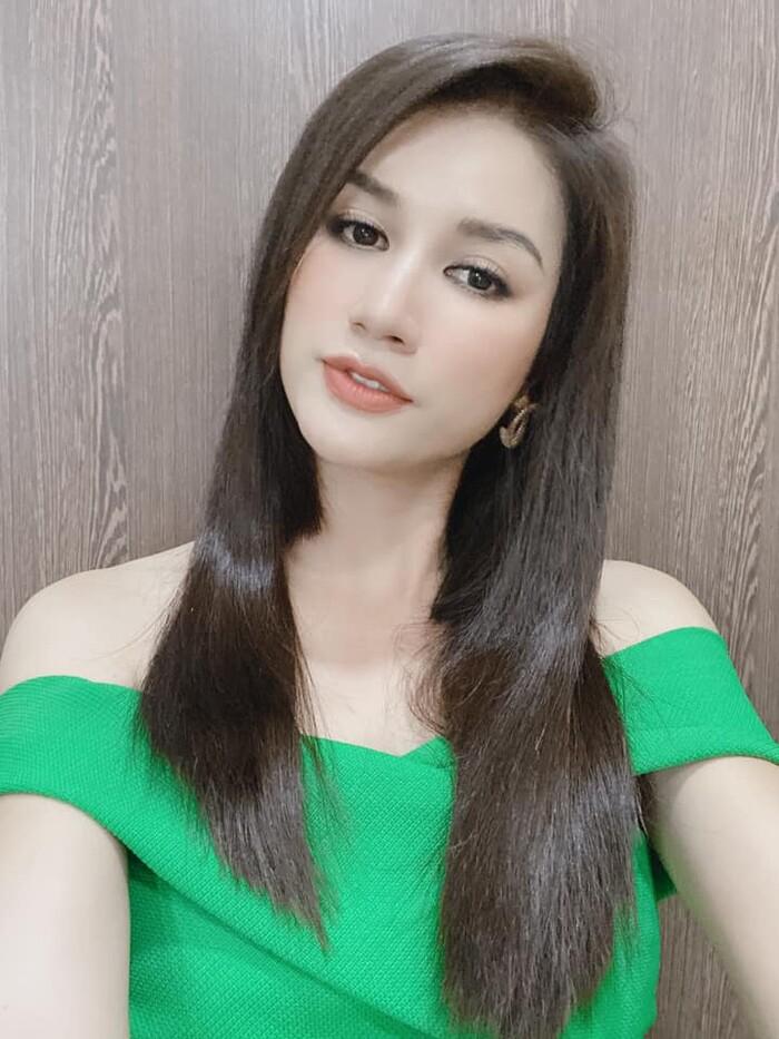 Vốn gắn liền với hình ảnh tóc ngắn cá tính, Trang Trần khiến nhiều người không khỏi bất ngờ khi xuất hiện với mái tóc dài thướt tha.